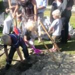 kinderen helpen bij begrafenis