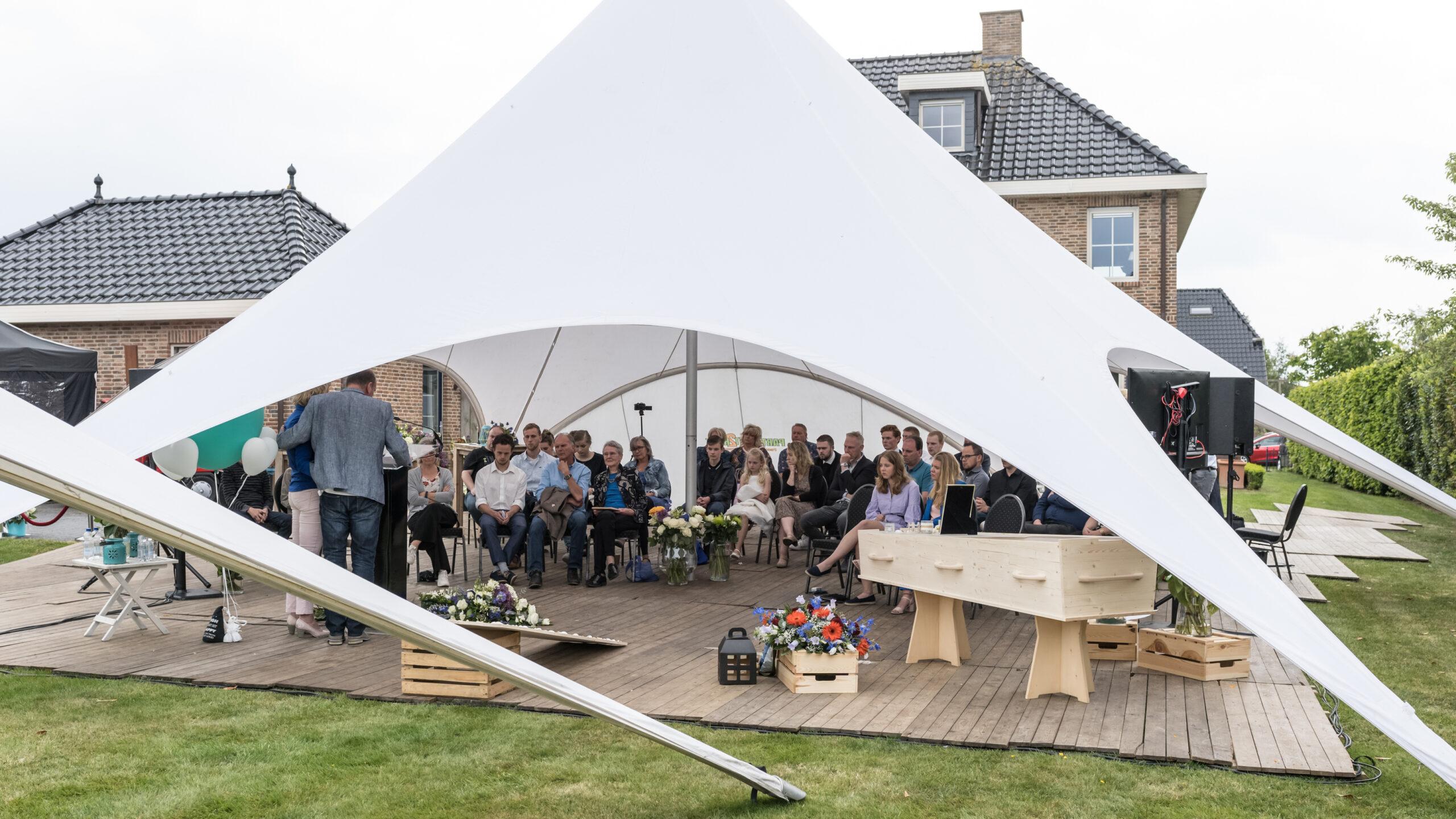 uitvaartbijeenkomst in een tent